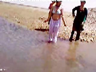 pakistani sindhi karachi aunty bare river bath